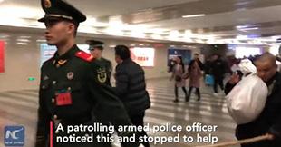 Цагдаагийн ажилтан харааны бэрхшээлтэй иргэнийг төмөр замын буудлаар дамжин өнгөрөхөд туслав