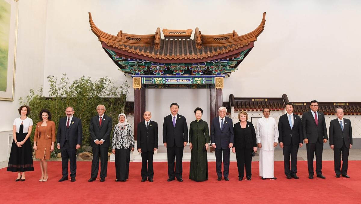 Ши Жиньпин тэргүүн хатагтайн хамт Азийн соёл иргэншлийн ярилцлагын хуралд оролцох гадаадын зочдыг хүлээн авав