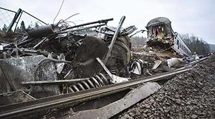 Их Британид зорчигч тээврийн галт тэрэг осолдож 3 хүн нас барав